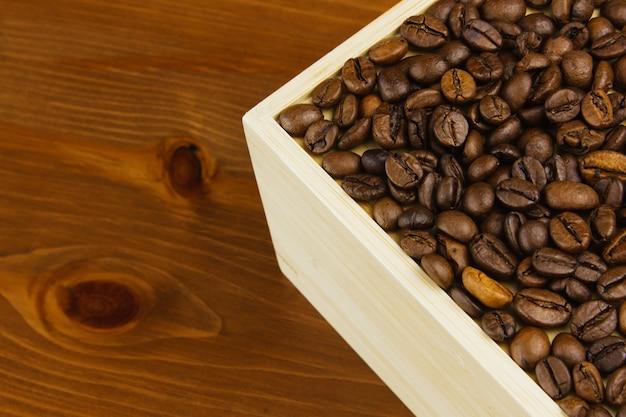 Kawa w pudełku na drewnianym stole.