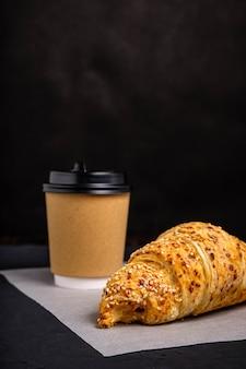 Kawa w szklance i rogalik