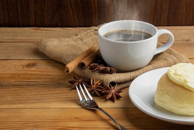 Kawa z bułką cynamonową i bun