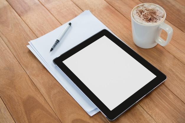 Kawa z cyfrową tabletką i papierem