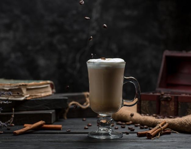 Kawa z cynamonem na stole