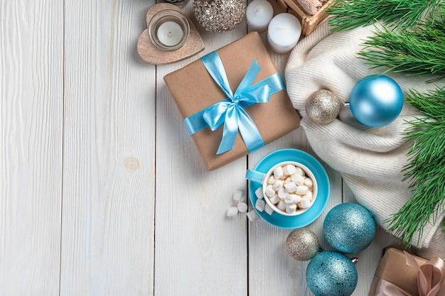 Kawa z gałązkami jodły marshmallows i ozdobami świątecznymi na białym tle