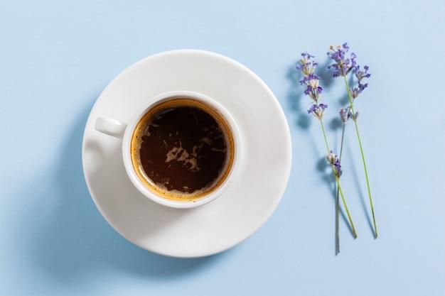 Kawa z kwiatami skład na stole