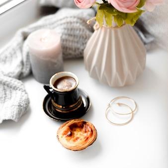 Kawa z mlekiem i bułka