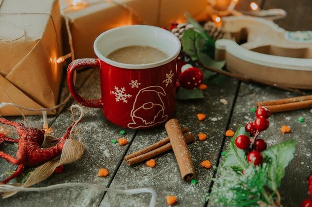 Kawa z mlekiem i cynamonem na stole