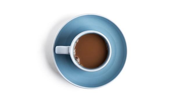 Kawa z mlekiem w filiżance na białym tle.