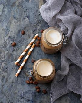 Kawa z mlekiem w słoiku. selektywne skupienie