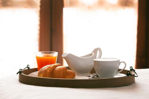 Kawa z rogalikiem i sokiem pomarańczowym