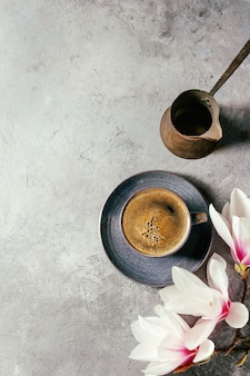 Kawa z wiosennymi kwiatami
