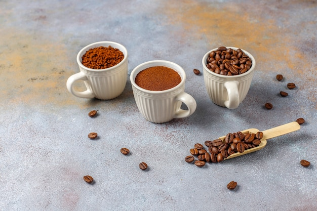 Kawa ziarnista i mielony proszek.