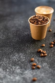 Kawa ziarnista w papierowym kubku świeżo palone ziarno z dodatkiem arabiki lub robusty
