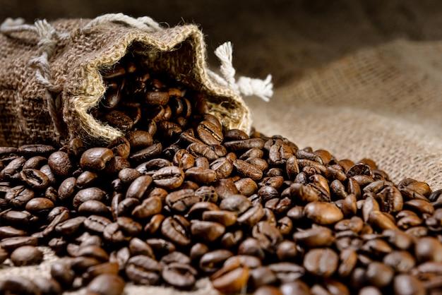 Kawa ziarnista - ziarna kawy w lnianej torbie - selektywne focus