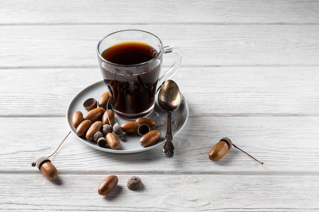 Kawa żołędziowa w szklance to napój tonizujący o smaku kawy, bogatym kolorze i przyjemnym aromacie.