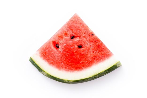 Kawałek arbuza jako trójkąt na białym tle.