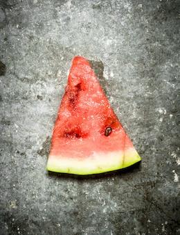 Kawałek arbuza na kamiennym stole