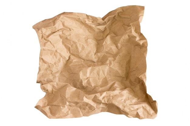 Kawałek beżowego papieru rzemiosła na białym. zmięty papier rzemieślniczy