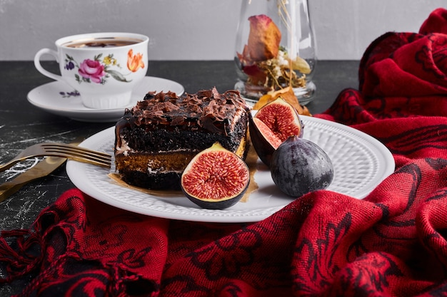 Kawałek ciasta brownie z figami.