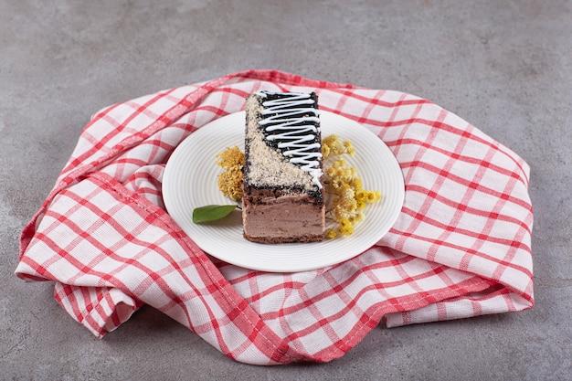 Kawałek ciasta czekoladowego na białym talerzu
