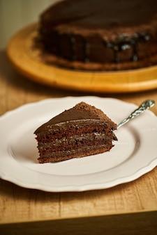 Kawałek ciasta czekoladowego na talerzu.