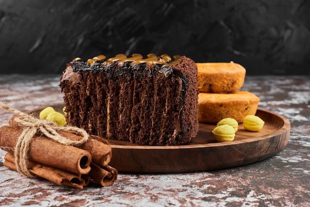 Kawałek ciasta czekoladowego z cynamonami.