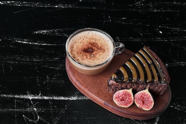 Kawałek ciasta czekoladowego z filiżanką kawy.