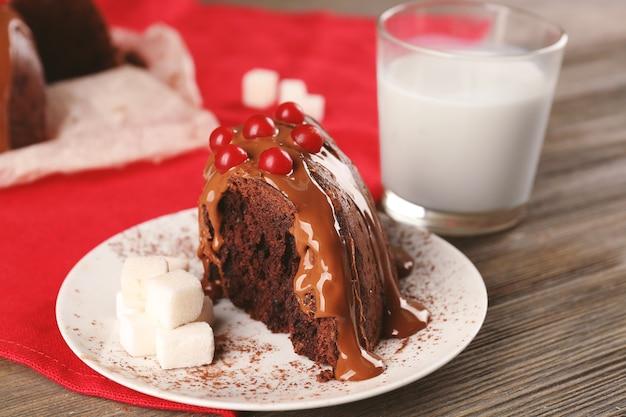 Kawałek ciasta czekoladowego z jagodami drzewa śnieżki na stole