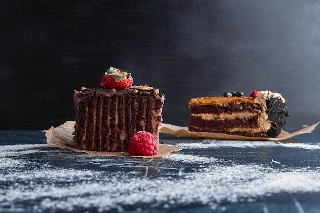 Kawałek ciasta czekoladowego z jagodami.