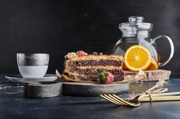 Kawałek ciasta czekoladowego z kremem karmelowym.