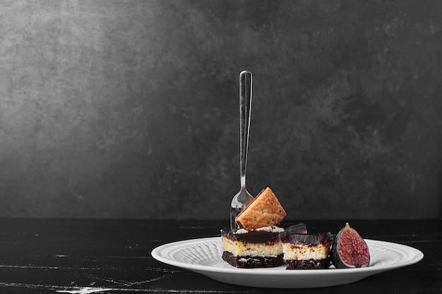 Kawałek ciasta czekoladowego z owocami.