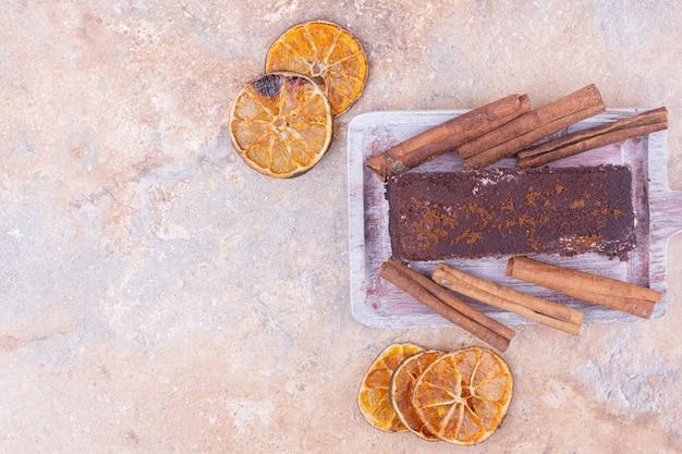 Kawałek ciasta czekoladowego z pomarańczą i cynamonem