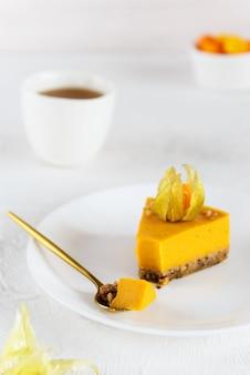 Kawałek ciasta dyniowego ozdobiony pęcherzycą