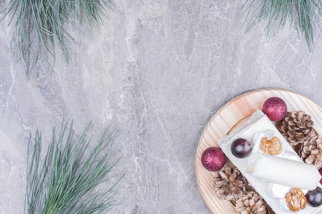 Kawałek ciasta kokosowego z jagodami i świąteczną dekoracją.