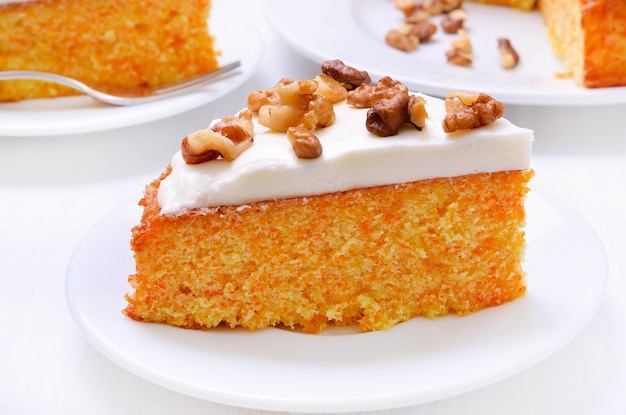 Kawałek ciasta marchewkowego