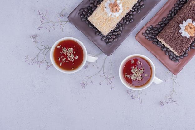 Kawałek ciasta medovic podawany z herbatą