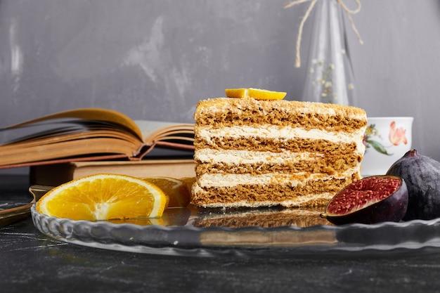 Kawałek ciasta medovic z cytryną i figami.