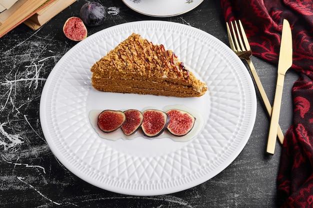 Kawałek ciasta medovic z figami, widok z góry.