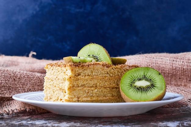 Kawałek ciasta medovic z kiwi.