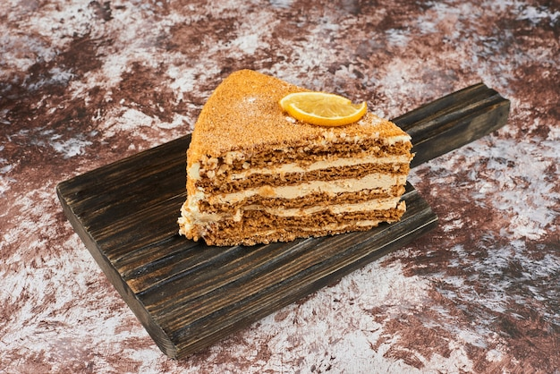 Kawałek ciasta miodowego z cytryną.