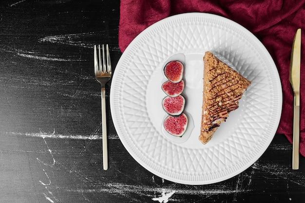 Kawałek ciasta miodowego z figami.