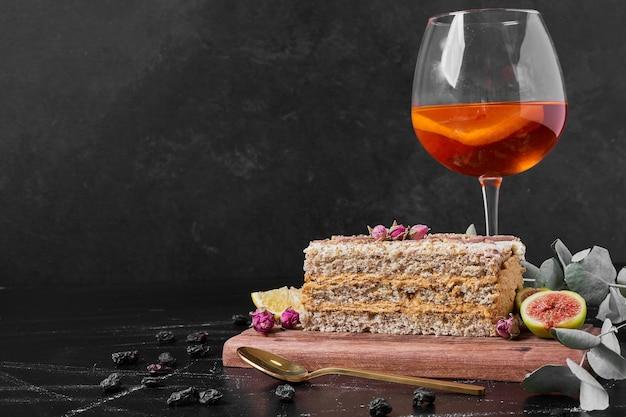 Kawałek ciasta na drewnianym talerzu.
