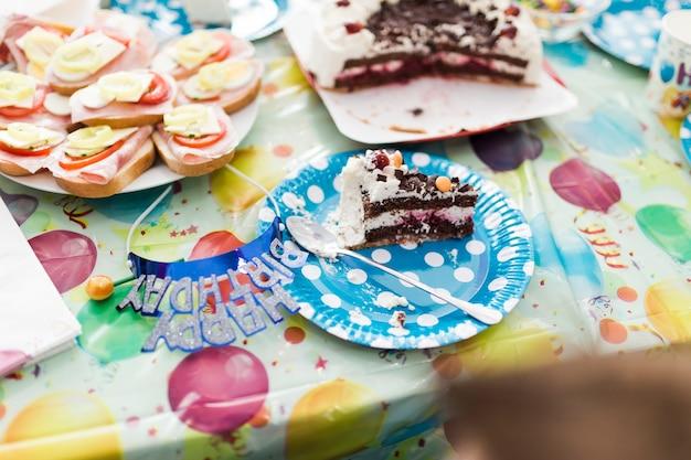 Kawałek ciasta na przyjęcie urodzinowe