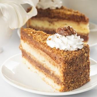 Kawałek ciasta orzechowego w białym talerzu
