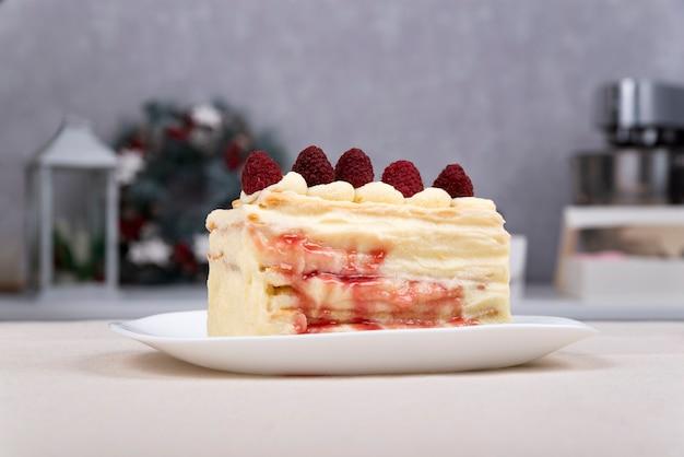 Kawałek ciasta owocowego na talerzu. ciasto z jagodami. ścieśniać. widok z boku.