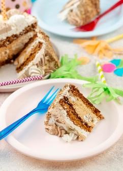 Kawałek ciasta pod wysokim kątem na ułożeniu talerzy
