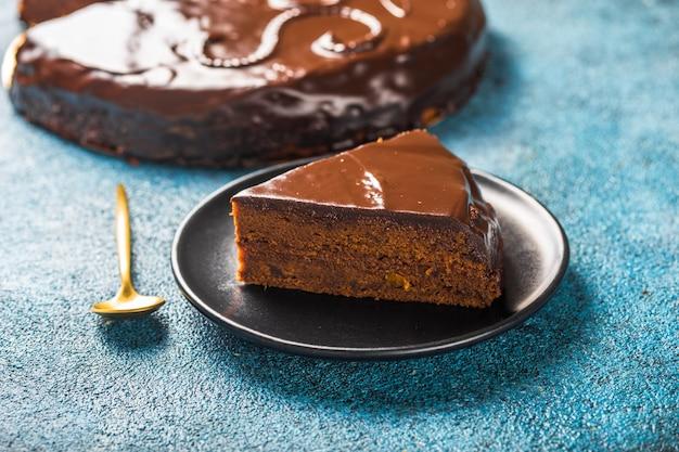 Kawałek ciasta sachera. tradycyjny austriacki deser czekoladowy. domowe wypieki. selektywne ustawianie ostrości, zbliżenie.