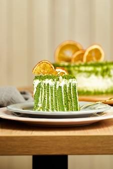 Kawałek ciasta szpinakowego na talerzu