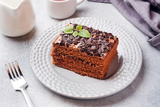 Kawałek ciasta truflowego z czekoladą