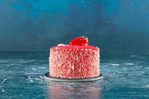 Kawałek ciasta truskawkowego na marmurze.