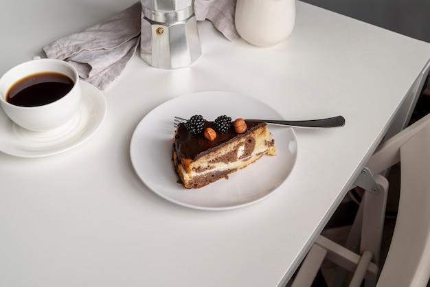 Kawałek ciasta wysoki widok z kawą