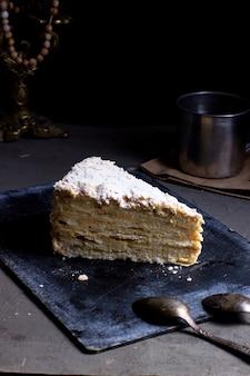 Kawałek ciasta z cukrem pudrem na wierzchu